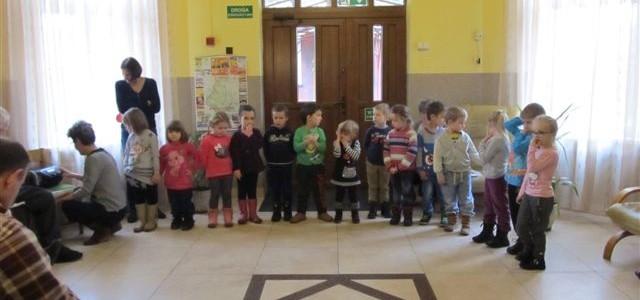 Występ przedszkolaków z okazji dnia Babci i Dziadka