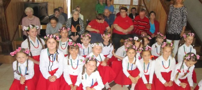 Występ dzieci ze Szkoły Podstawowej w Stołecznej
